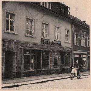 Foto-Fleischerei-DDR-Gottleuba-Ladengeschäft-außen-sw